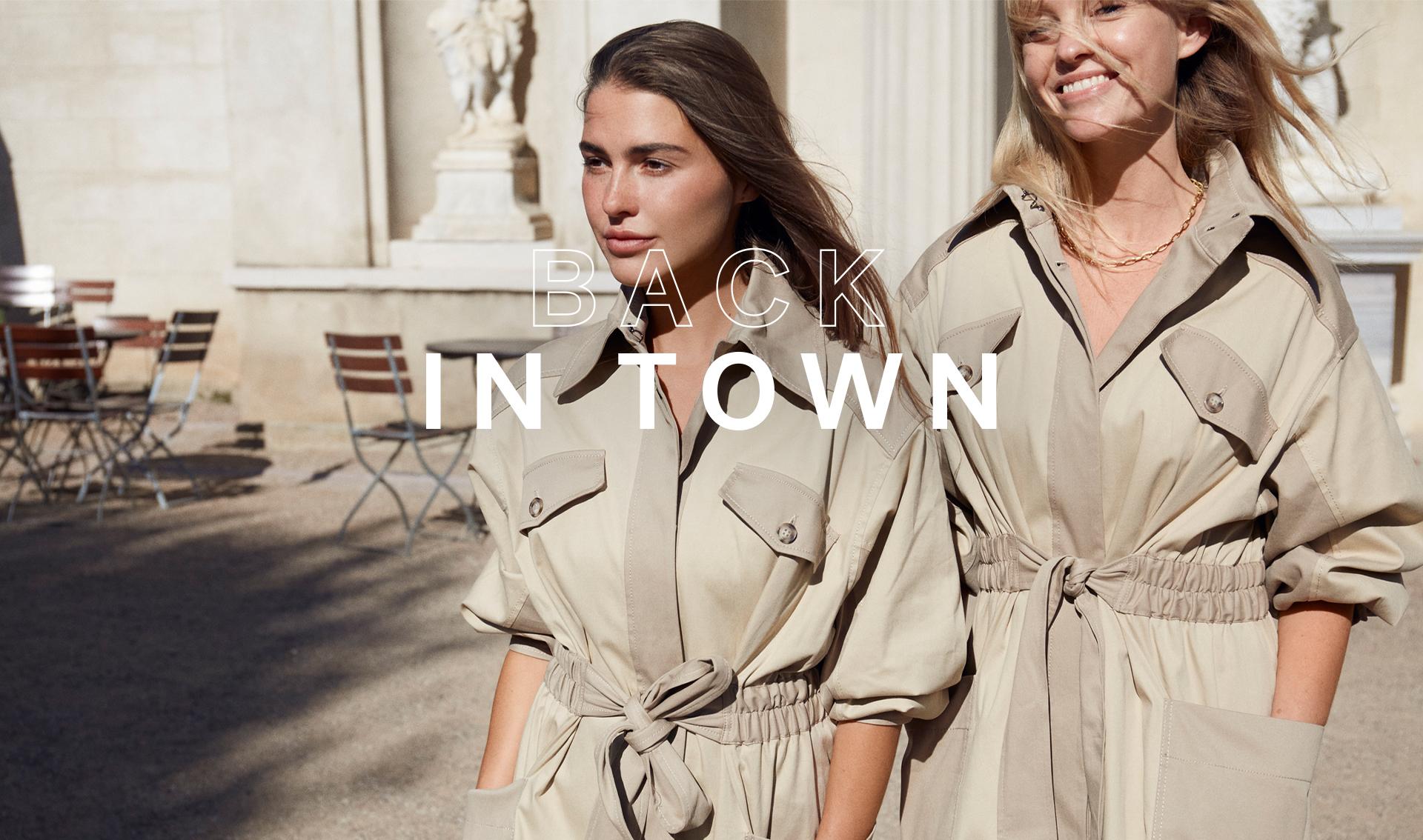 Deux femmes portant deux manteaux, se promènent dans la rue